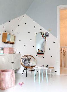 Bonne idée de profiter d'un mur sous pente pour peindre le plafond en gris clair et de poser des stickers pois noirs sur le mur blanc. Un vrai décor de fille !