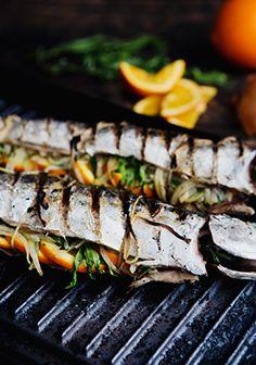 Une recette rapide, tellement savoureuse et légère pour les journées chaudes d'été. J'ai un petit truc pour vous. Vous pouvez demander à votre poissonnier de vider le maquereau et de retirer les arêtes en lui mentionnant que vous voulez le faire cuire farci. Vous gagnerez ainsi beaucoup de temps.