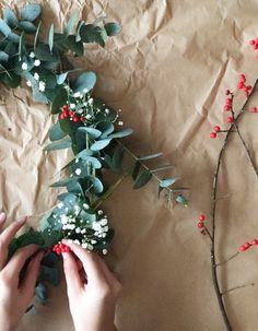 Les fêtes nous rendent définitivement plus créatifs. Alors pour Noël, pas question d'acheter une traditionnelle couronne de Noël vue et revue. Cette année, misez sur une couronne moderne, subtile et bucolique. Suivez nos étapes ! http://www.elle.fr/Deco/News-tendances/Tendances/faire-couronne-noel-2867110
