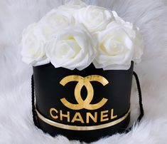 Hat Box Flowers, Diy Flower Boxes, Flower Box Gift, Luxury Flowers, Elegant Flowers, Looney Tunes Wallpaper, Rose Flower Pictures, Chanel Birthday Party, Chanel Flower