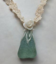 淡いブルーグリーンのビーチグラスに、樹脂粘土で薔薇の花の細工をほどこしました。生成り色のトーションレースを合わせたナチュラルなアクセサリーです。ネックレスとし... ハンドメイド、手作り、手仕事品の通販・販売・購入ならCreema。