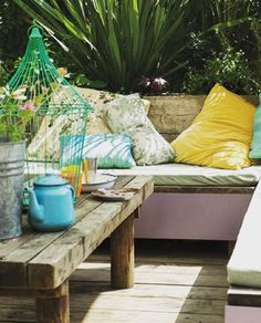 The use of our #Brassica on this bench provides a sophisticated pop of colour to this outdoor design. #exteriordesign #farrowandball