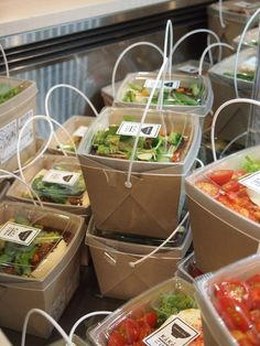 Japanese supermarket - takeaway salad containers, very class.- Japanese supermarket – takeaway salad containers, very classy! //NB Japanese supermarket – takeaway salad containers, very classy! Salad Packaging, Takeaway Packaging, Food Packaging Design, Packaging Boxes, Sandwich Packaging, Paper Packaging, Burger Bar, Sandwich Bar, Food Trucks