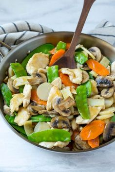 This recipe for moo goo gai pan is a classic dish of chicken and vegetables stir fried with a savory sauce. Plus secret tips on how to make your stir fries taste like they came from a restaurant!chicken and veggies Easy Chinese Recipes, Asian Recipes, Healthy Recipes, Oriental Recipes, Tasty Meals, Oriental Food, Healthy Meals, Clean Eating, Healthy Eating