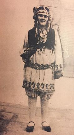 Η άγνωστη παλαιά φορεσιά της Χάλκης , σε φωτογραφία του 1900. Φωτογραφία: Βασίλης Αναστόπουλος από Hellenic Costume Society