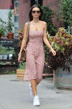 Réalisation Par's Amelia dress is the latest It piece that we've spotted on fashion girls and celebs like Emily Ratajkowski. Slip Dress Outfit, Dress And Sneakers Outfit, Sneaker Outfits, The Dress, Simple Summer Outfits, Summer Dress Outfits, Cute Outfits, Style Summer, Dress Summer