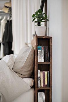 Sängynpäädyn kirjahyllykkö (valkoisena)