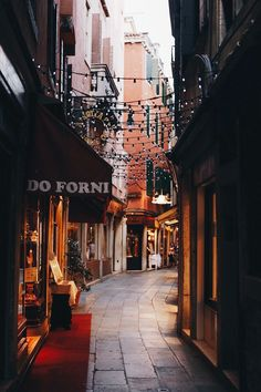 wanderlust fondos P I N : anisamkwanazi P I N : anisamkwanazi Autumn Aesthetic, City Aesthetic, Travel Aesthetic, The Places Youll Go, Places To Go, Aesthetic Pictures, Aesthetic Wallpapers, Street Photography, Beautiful Places