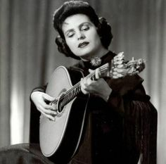 Amalia Rodrigues : the most famous Fado singer. Amalia Rodriguez, Portuguese Wedding, Portuguese Culture, Brazilian Women, Guitar Girl, International Day, My Heritage, Female Singers, Lisbon