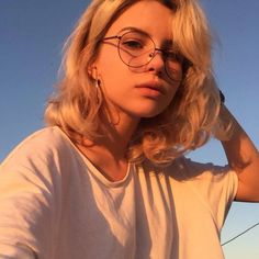 Aesthetic Cute Girls Fashion Inspo Jewelry Outfit Ideas Streetwear Vintage Old Aesthetic People, Aesthetic Girl, Blonde Aesthetic, Aesthetic Drawing, Aesthetic Outfit, Aesthetic Makeup, Aesthetic Grunge, Aesthetic Vintage, Character Inspiration