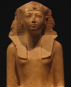 Hatshepsut (1508-1457 A.C.), the only female pharaoh. She was a successful leader, although after her death she underwent an out-and-out persecution: all her images were destroyed and her name erased from official records.