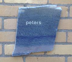 Naambord blauw graniet (Azul Macauba) met asbestemming.