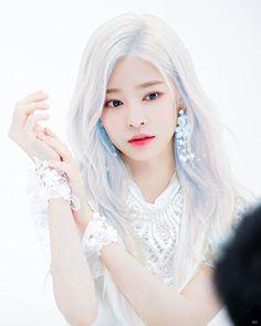 IZONE democracy is blame again Kpop Girl Groups, Kpop Girls, Korean Hair Color, Cute Korean Girl, Japanese Girl Group, Dye My Hair, Fantasy Warrior, Jennie Blackpink, Ulzzang Girl