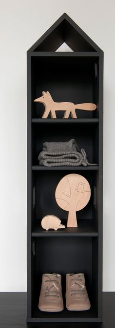 Cute shelf with wooden toys Baby Decor, Kids Decor, Baby Kind, Kid Spaces, Kidsroom, Little Houses, Kids Furniture, Kids Bedroom, Wooden Toys