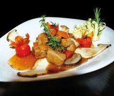 Bergvarkensragout met paddenstoelen, noedels en oventomaten - Recepten - Culinair - KnackWeekend.be