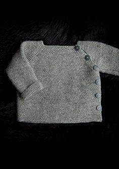 Trøje med sidelukning Newborn to 3 years. Free pattern in Danish, Norwegian and. - Trøje med sidelukning Newborn to 3 years. Free pattern in Danish, Norwegian and Sweedish. Baby Cardigan Knitting Pattern, Baby Boy Knitting, Knitting For Kids, Baby Knitting Patterns, Baby Sewing, Baby Patterns, Crochet Cardigan, Pull Bebe, Baby Sweaters