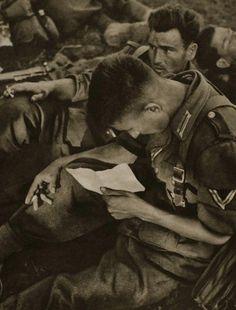 Soldados alemanes leen las cartas de su familia.