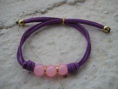 Pulsera con cuentas de cristal rosas y cordón de ante en morado // Bracelet with pink glass beads and dark purple lace