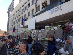 Sandbags and separatist flag flying on city council building in Mariupol pic.twitter.com/MF9ICn9Gx9