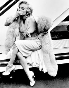 hollywood actor alwaysmarilynmonroe: Marilyn blows a kiss to the press in September Golden Age Of Hollywood, Hollywood Glamour, Classic Hollywood, Old Hollywood, Hollywood Actor, Arte Marilyn Monroe, Marilyn Monroe Photos, Marylin Monroe Style, Sammy Davis Jr