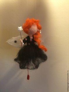 Купить или заказать Сухое валяние  Фея 'Сладкая Ночка' в интернет-магазине на Ярмарке Мастеров. Маленькая элегантная фея 'Сладкая Ночка'. На ней черное платье и в руках держит белую перламутровую звездочку. Пусть она будет Вашим ангелом-хранителем пока Вы отдыхаете, а звездочка - для сладких снов. Высота около 12 см.