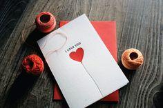 Valentinskarte für ihn, Aufschrift Ich liebe dich und rotes Herz auf weißem Hintergrund, kleine Überraschung zum Valentinstag