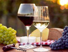 El vino tinto se consume a distinta temperatura que el blanco. ¿Sabes cuál es la perfecta para cada uno? Los que saben de vinos, tienen claro que su temperatura ideal de consumo va variando según su tipo. Pero no todos los que aman tomarse una copa s