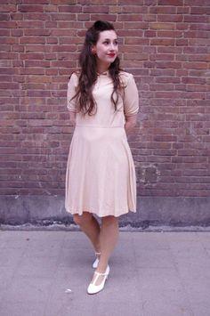 Speelse vintage jurk waar je ook heerlijk in kunt bewegen. De soepele stof zit comfortabel en de rok zwiert sierlijk met je mee. De rok is voorzien van twee zakken. Apart abstract patroon met blokjes voorzien van een oranje streepje. Deze jurk is handgemaakt.