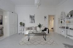 Przestronny salon w białym kolorze z czarnymi dodatkami - Lovingit.pl