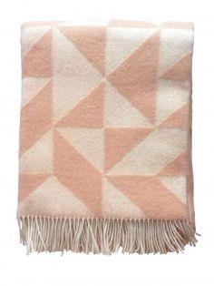Ookinhetpaars verkoopt de merino wollen plaids van het Deense merk Tina Ratzer. Warme wollen deken in grafisch design in de kleur roze, poederroze. -