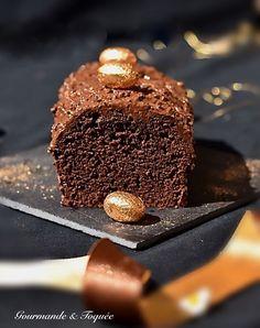 Un cake gourmand, onctueux recouvert d'une touche craquante aux noisettes Un Cake, Desserts, Food, Pastry Chef, Greedy People, Tailgate Desserts, Deserts, Essen, Postres