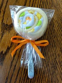 320 Days of Sunshine: Steph's Sunday Share: Baby Washcloth Lollipops, baby shower gift idea. (Could also change the items a bit and it would work for a bridal shower gift or other occasion too. Cadeau Baby Shower, Idee Baby Shower, Bebe Shower, Baby Shower Gifts, Baby Shower Gift Basket, Washcloth Lollipops, Baby Washcloth, Baby Lollipops, Diy Baby