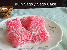 Most South East Asian cakes or kuih as we call it are bite sized dessert or snack, mostly made with rice flour, glutinous rice flou. Filipino Recipes, Filipino Dishes, Filipino Food, Sago Recipes, Malaysian Dessert, Asian Cake, Steam Recipes, Indonesian Cuisine, Bite Size Desserts