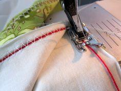 Franzir tecido com ponto zigzag e linha de bordado.