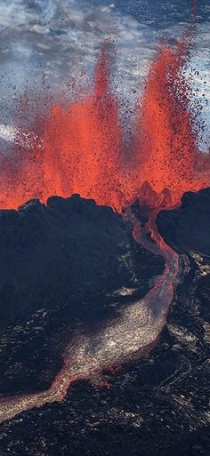 white-hot beauty of Iceland in 11 stunning photos The Holuhraun volcano, Iceland.The Holuhraun volcano, Iceland. Natural Phenomena, Natural Disasters, Volcan Eruption, Fuerza Natural, Erupting Volcano, Lava Flow, Iceland Travel, Natural Wonders, Volcano Iceland
