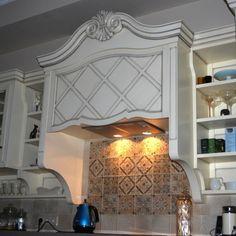 Прямая кухня в стиле прованс с легкой патиной изготовлена для нашей клиентки Олеси.  Справа заняли свое место колонки, в которых расположились встроенный холодильник и духовой шкаф.  Левее от колонок по нижнему поясу заняли свое место выдвижные корзины для хранения бутылок, ящики, а так же шкафы с распашными дверьми. Mirror, Furniture, Home Decor, Homemade Home Decor, Decoration Home, Home Furniture, Home Decoration