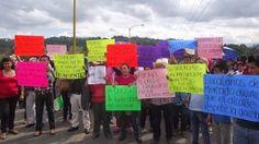 Bloquean carretera Misantla-Xalapa, comerciantes desalojados del mercado municipal