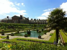 Buscar la estatua de Peter Pan en Kensington Gardens in Kensington, Greater London