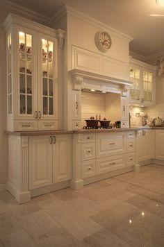 Kuchnia w stylu angielskim w domu pod Warszawą. Cudowna, ciepła … Classic Kitchen Cabinets, Kitchen Cabinets Decor, Kitchen Cabinet Design, Home Decor Kitchen, Kitchen Interior, Elegant Kitchens, Luxury Kitchens, Beautiful Kitchens, Home Kitchens