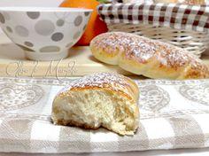 Le brioche con albumi sono perfette per la colazione, morbide e soffici, da riempire con marmellate e creme pasticcere e spolverare di zucchero a velo.