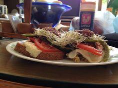 Sándwich de queso Oaxaca y pasta con aceite de oliva y albahaca acompañados de vegetales con salsa de cocina y un poco de vinagre delicioso ;)