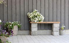 DIY garden bench ideas small cinder block bench wood slats flower pots - All For Garden Cinder Block Furniture, Cinder Block Bench, Cinder Block Garden, Cinder Blocks, Bench Block, Diy Garden Seating, Small Garden Bench, Garden Bed, Diy Garden Benches