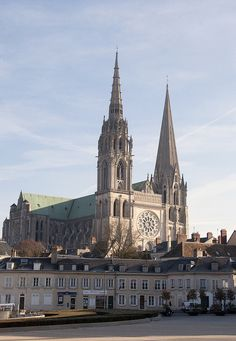 Chartres Cathedral (One of National Geographic's World's 10 Best Cathedrals) Loire Valley, France. Cathedral Architecture, Religious Architecture, Gothic Architecture, Cathedral Basilica, Cathedral Church, Houses Of The Holy, Beaux Villages, Chapelle, Temples