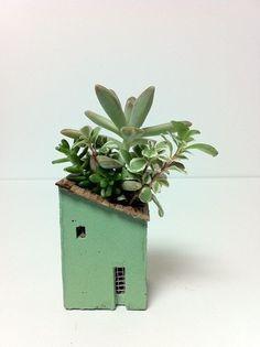 House planter with succulents. Cacti And Succulents, Potted Plants, Indoor Plants, Cerámica Ideas, Cactus Plante, Ideias Diy, Deco Floral, Cactus Y Suculentas, Indoor Garden