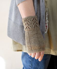 Ravelry: Fee-bee Mitts pattern by Bonnie Sennott