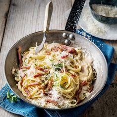 Deze linguine met een romige carabonarasaus garneer je met Pancetta en peterselie. #pasta #carbonara #JumboSupermarkten