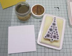 Stromeček nalepíme na zlatý papír a spolu s kraftovým čtvercem jej podlepíme 3D čtverečky.