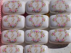 Jabones Decorados En Caja Artesanales Christmas Soap, Napkin Decoupage, Painted Rocks, Diy And Crafts, Projects To Try, Soaps, How To Make, Gifts, Wedding Favor Bags