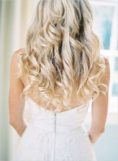 loose curls for wedding hair #weddinghair #bride #weddingchicks http://www.weddingchicks.com/2014/03/20/elegant-wedding-at-the-legare-house/