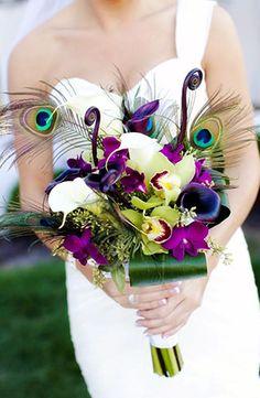 Bouquet de mariage violet aubergine tropical avec orchidees vert anis plume de paon